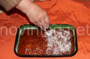 Сладкиш с портокалови корички - поръсване с кокосови стърготини