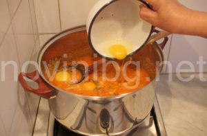 Бърза лятна манджа - добавяне на яйцата