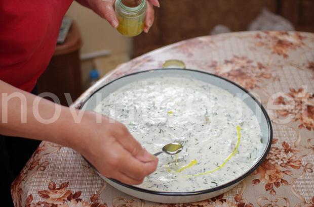 Тиквички с кисело мляко - подправяне със зехтин и куркума
