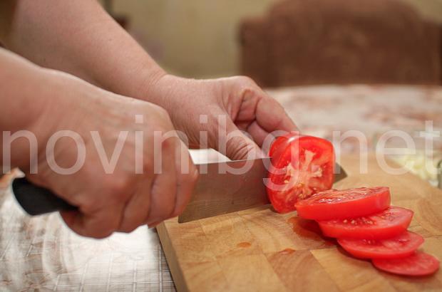 Ветрило от патладжан - нарязване на доматите