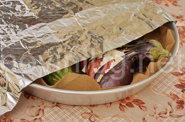 Ветрило от патладжан - покриване на тавата преди печене с алуминиево фолио