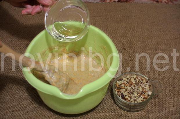 Кекс с тиква и канела - изсипване на олиото