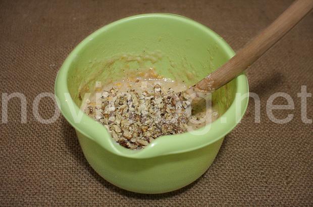 Кекс с тиква и канела - изсипване на орехите