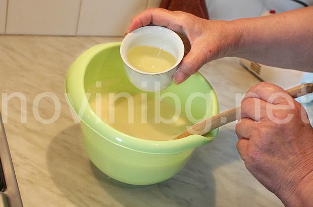 Мързелива баница - изсипване на олиото