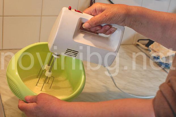 Мързелива баница - разбиване на яйцата