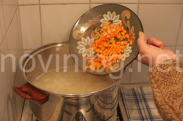 Постен боб - изсипване на морковите