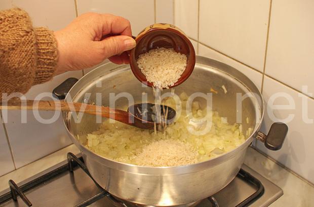 Пълнени чушки с ориз - изсипване на ориза