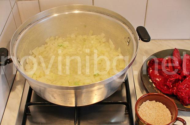 Пълнени чушки с ориз - задушаване на лука