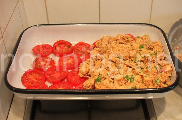 Мусака с хляб - доматите със сместа в таватаМусака с хляб - доматите със сместа в тавата