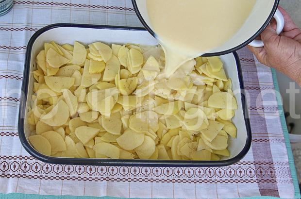 Картофи по савойски - изливане на млякото