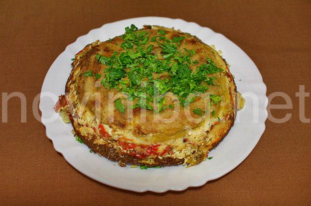 Обърната солена торта от чушки - изпечена, обърната и готова за разрязване