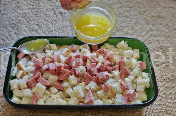 Идея за закуска - хляба и колбаса се поливат с масло