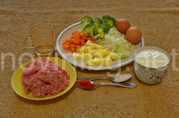 Мусака с кайма и броколи - продуктите са нарязани