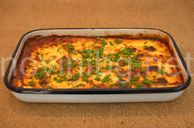 Мусака с кайма и броколи - ястието е готово