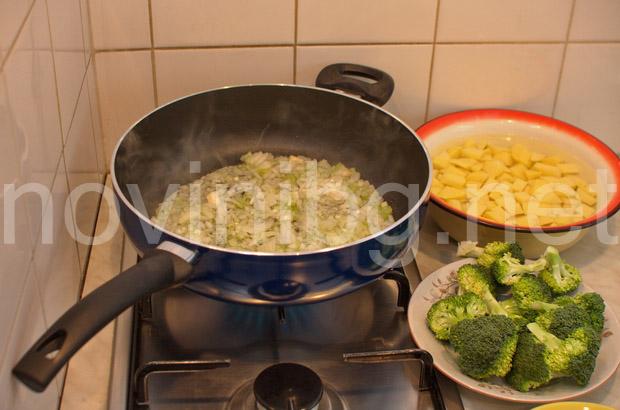 Мусака с кайма и броколи - запържване на лука