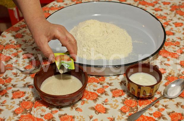 Домашна мазница с шарена сол - изсипване на маята