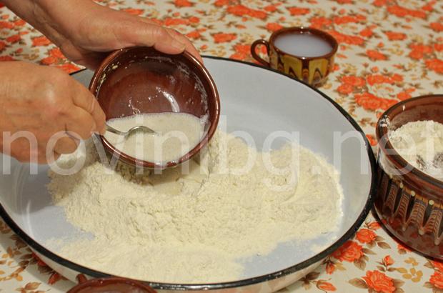 Домашна мазница с шарена сол - изсипване в брашното