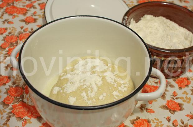 Домашна мазница с шарена сол - оставяме тестото да втасва
