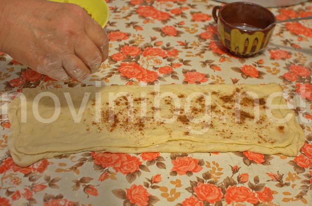 Домашна мазница с шарена сол - поръсване с шарена сол