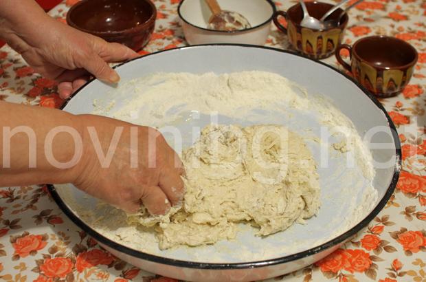 Домашна мазница с шарена сол - замесване на тестото