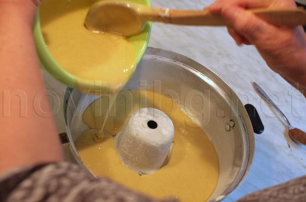 Изсипване на сместа във формата за кекс